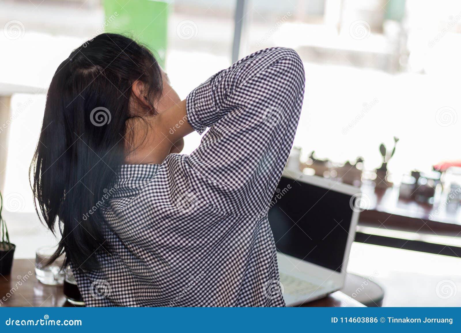 Affärskvinnan som hårt arbetar till hals, smärtar