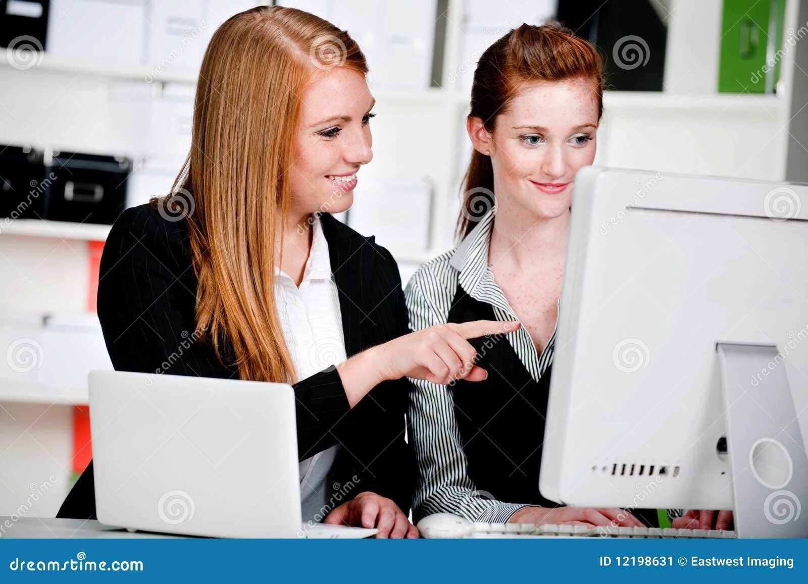 Affärskvinnor med bärbar dator och datoren