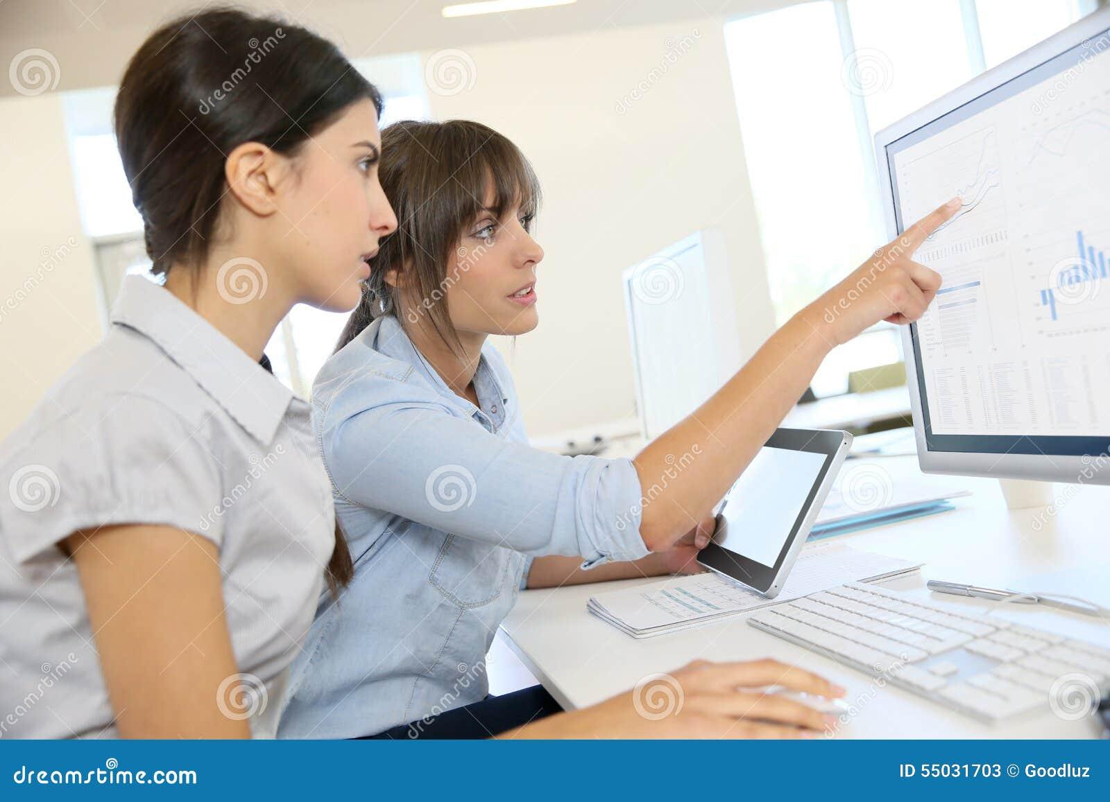 Affärskvinnor som diskuterar strategi