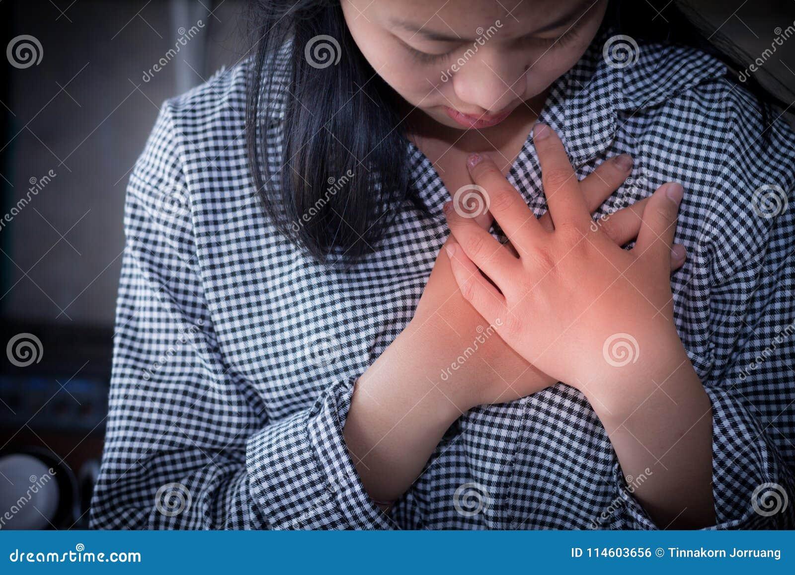 Affärskvinnor som har bröstkorgen, smärtar, hjärtinfarkt