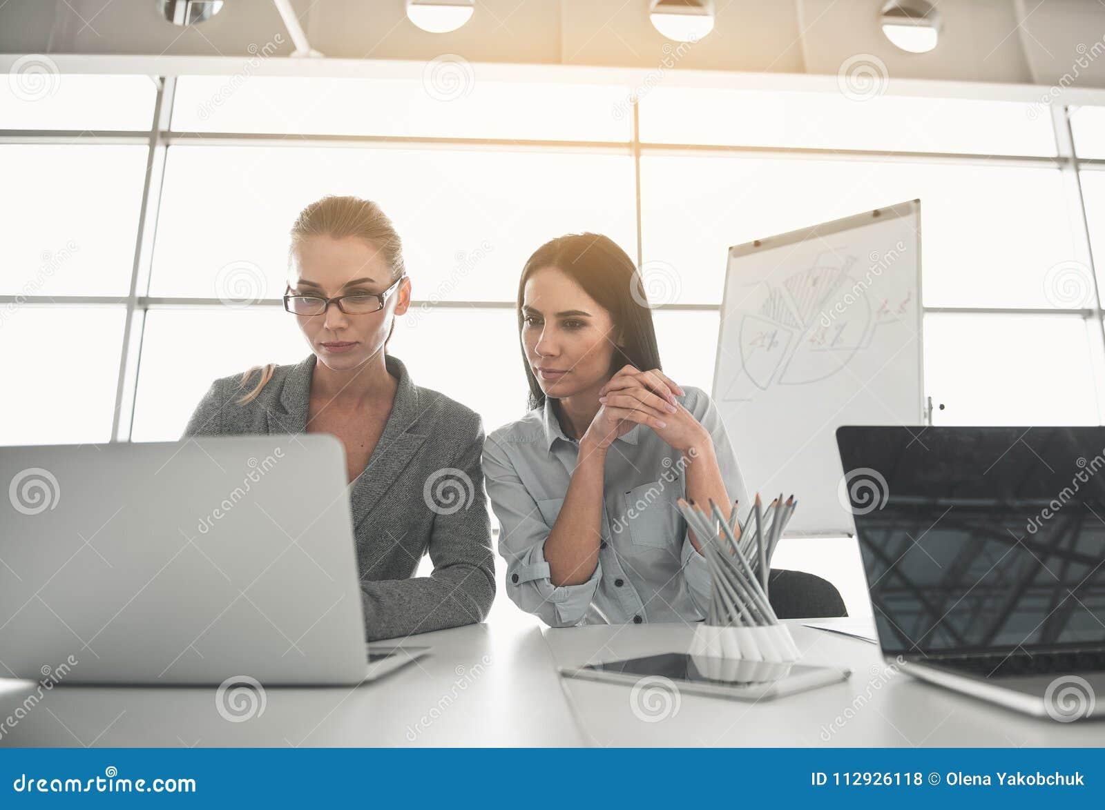 Affärskvinnor som koncentreras på modern teknologi