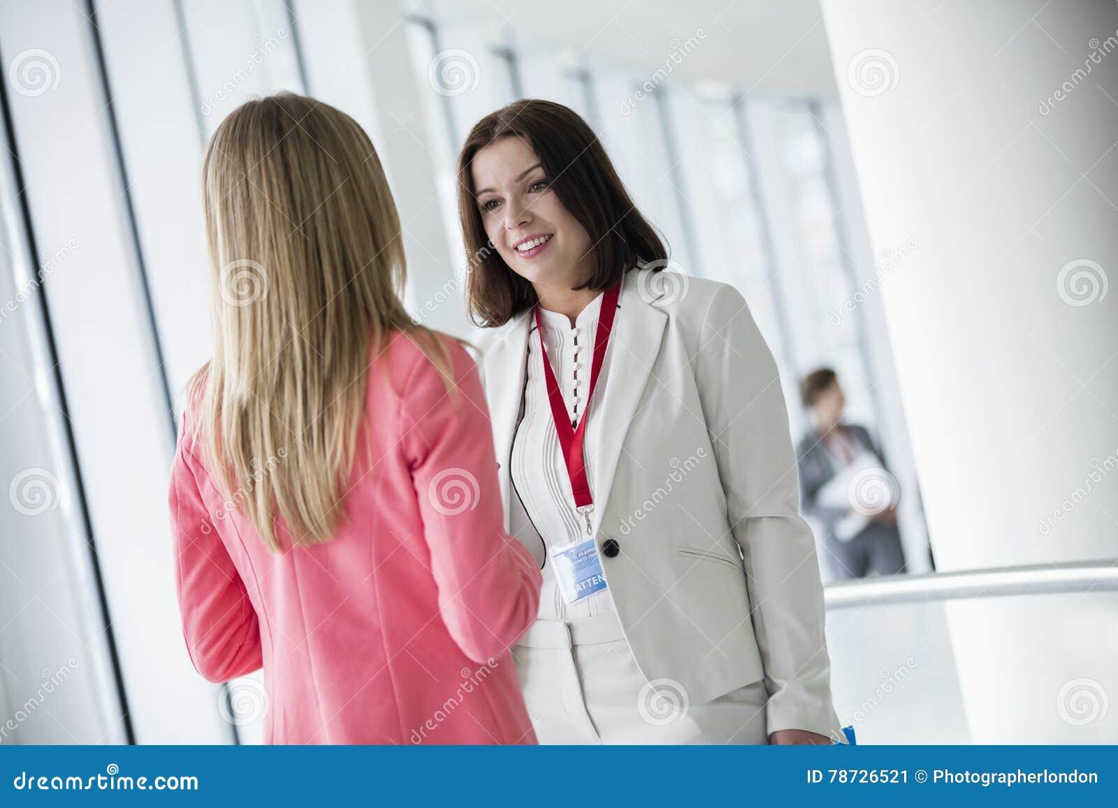 Affärskvinnor som talar i konventcentrum