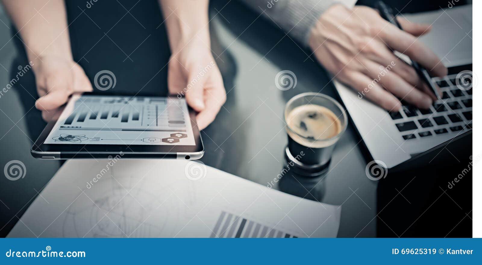 Affärsläge, möte av marknadschefer Minnestavla för rapporter för marknad för fotokvinnavisning modern Man som använder anteckning