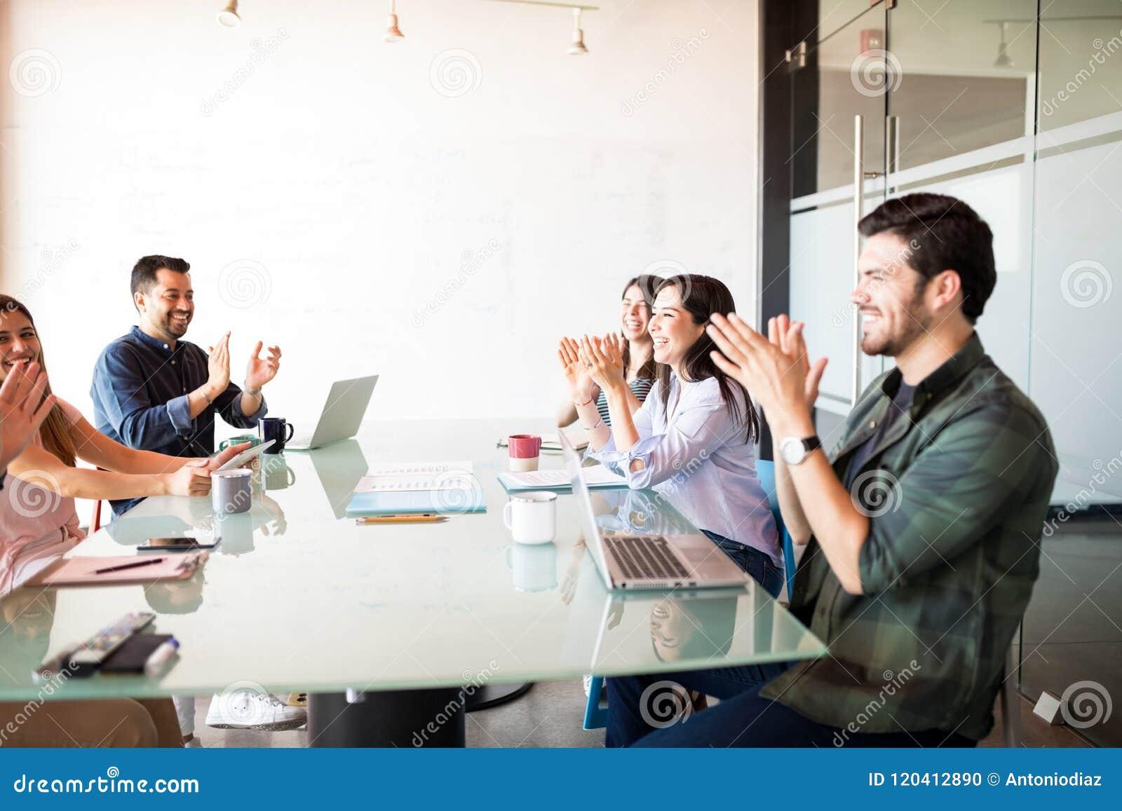 Affärslag som applåderar efter ett möte