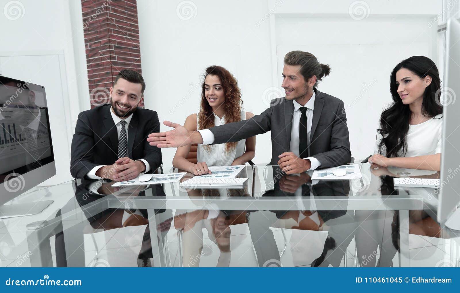 Affärslag som diskuterar en ny presentation