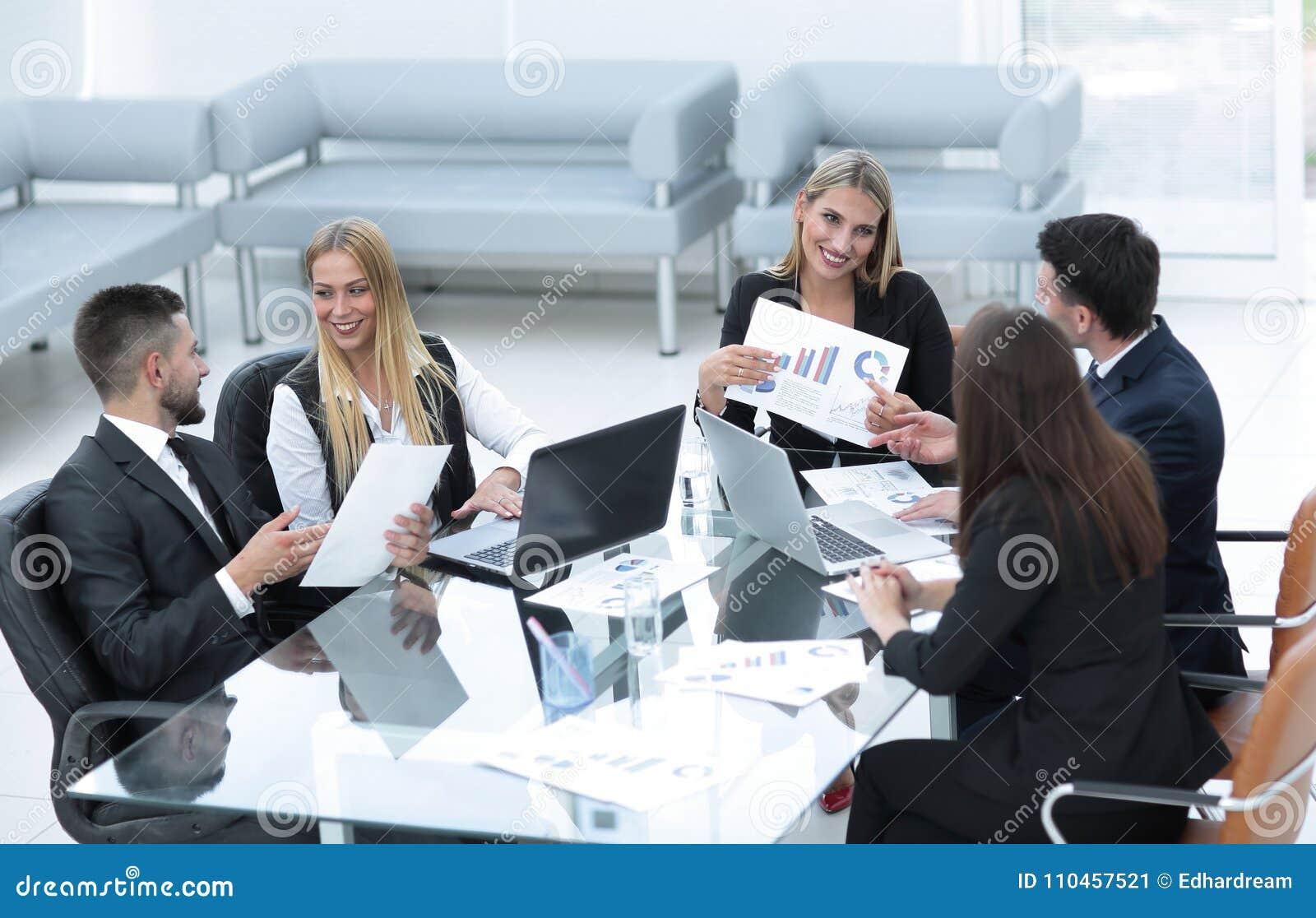 Affärslag som diskuterar ett nytt finansiellt projekt