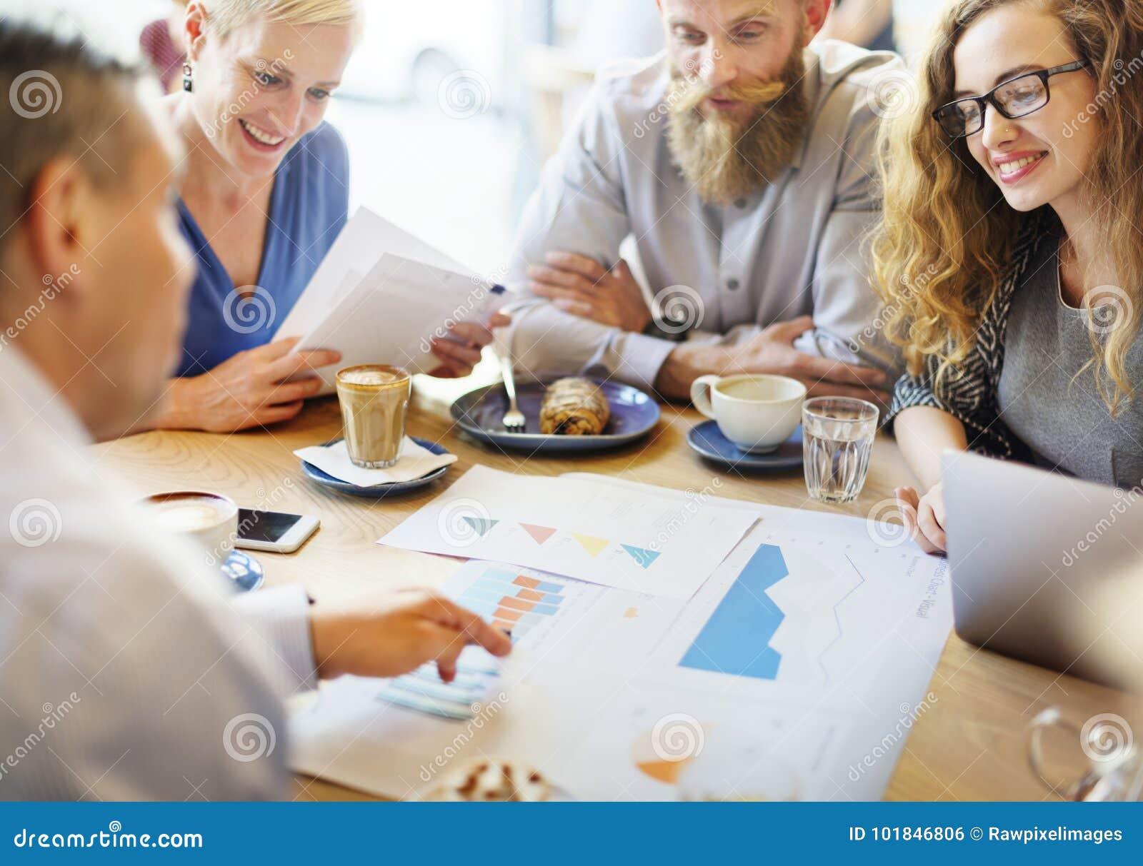 Affärslag som möter om strategimarknadsföring i kafé