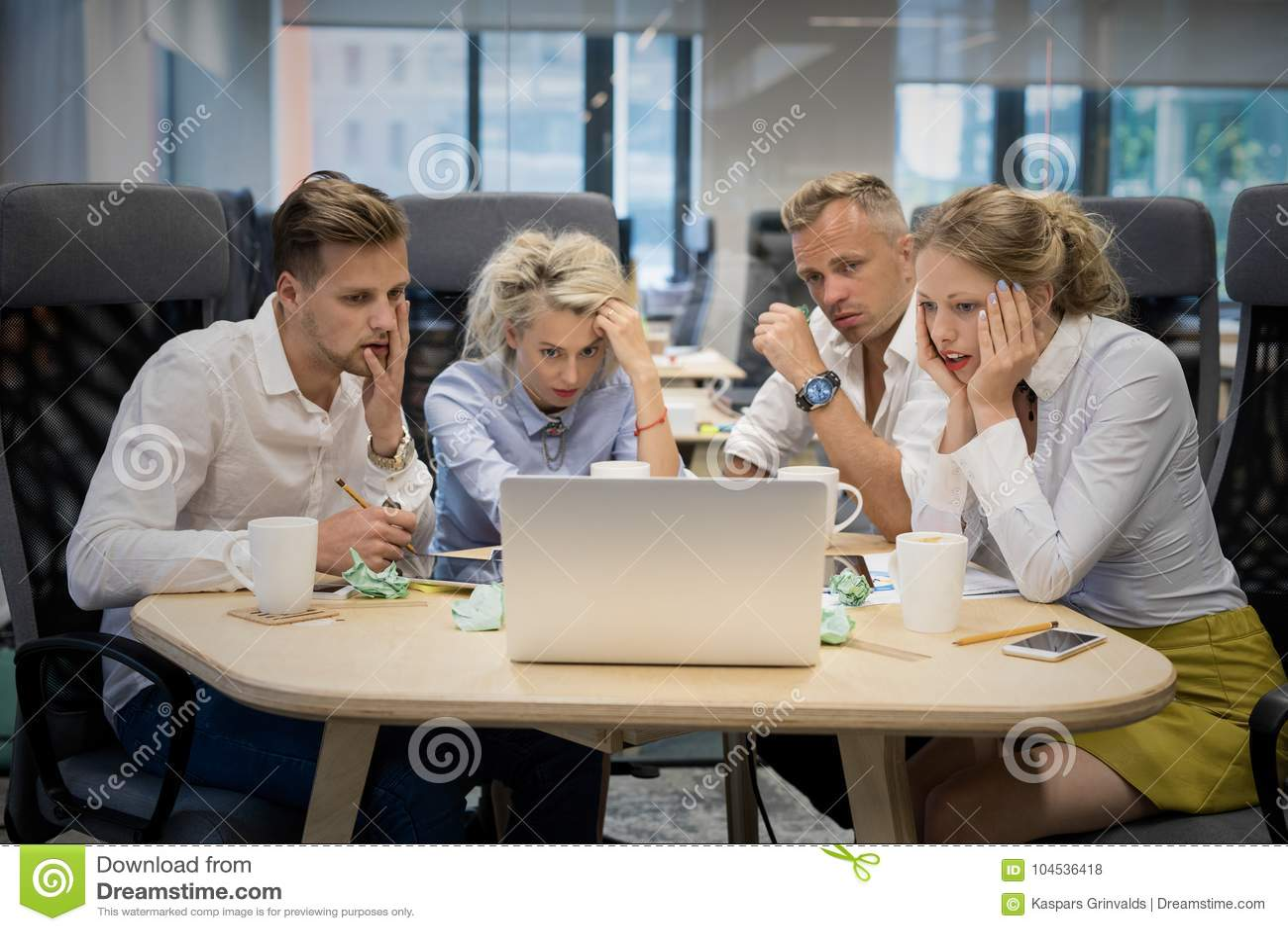 Affärslag som ser datoren med chockade uttryck