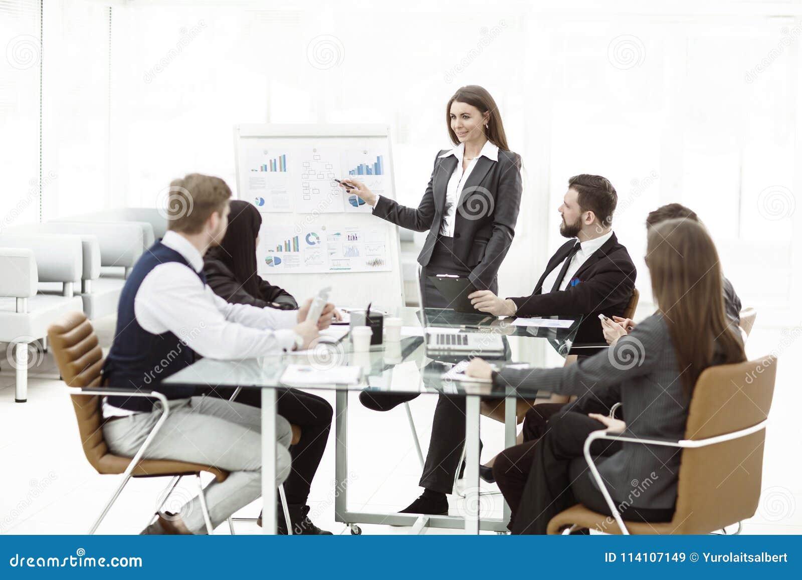 Affärslaget ger en presentation av ett nytt finansiellt projekt för affärspartnerna av företaget