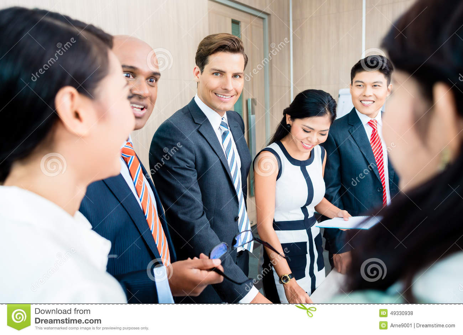 Affärslagmöte av asiat- och Caucasianledare