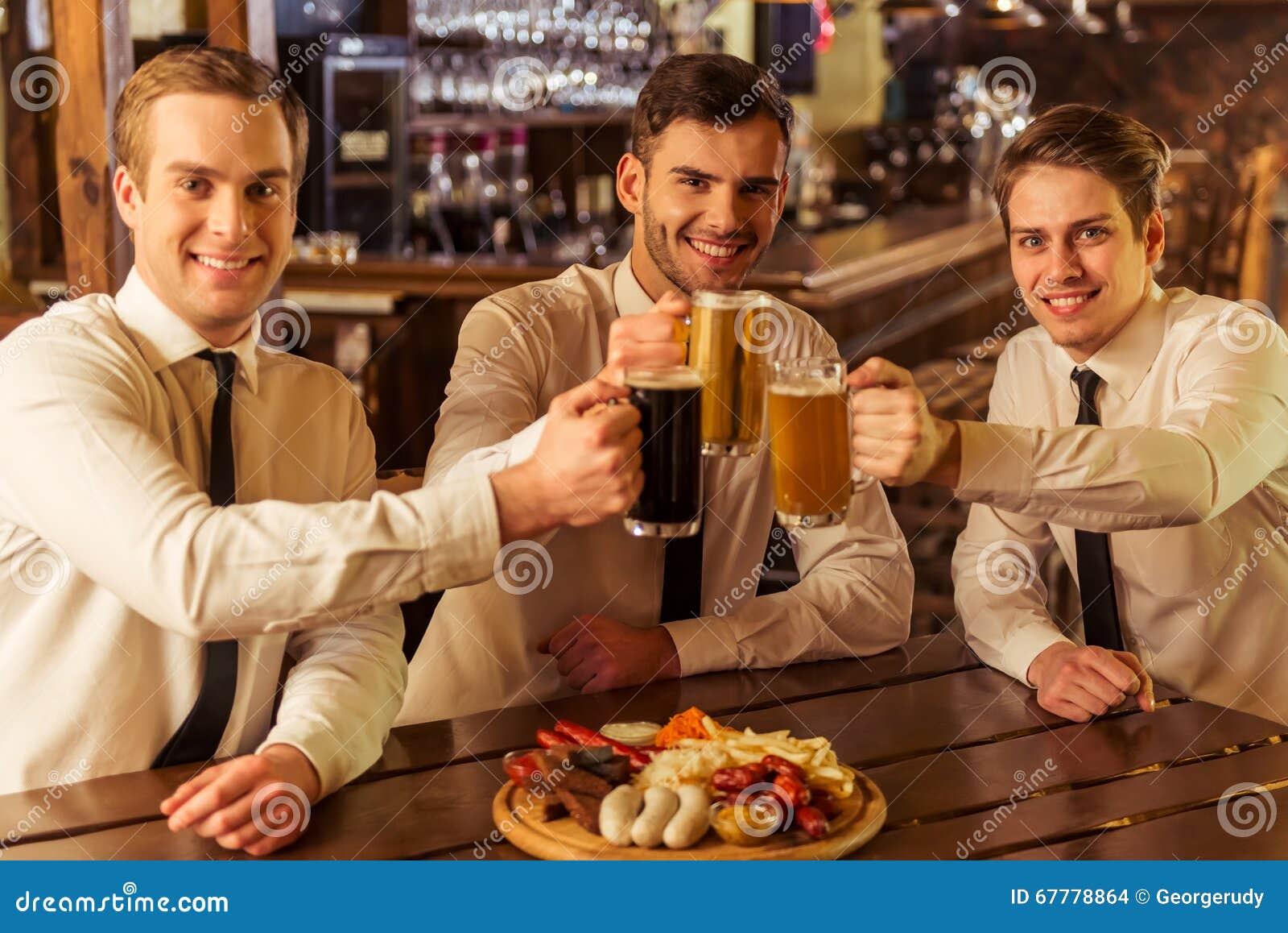 Affärsmän i bar