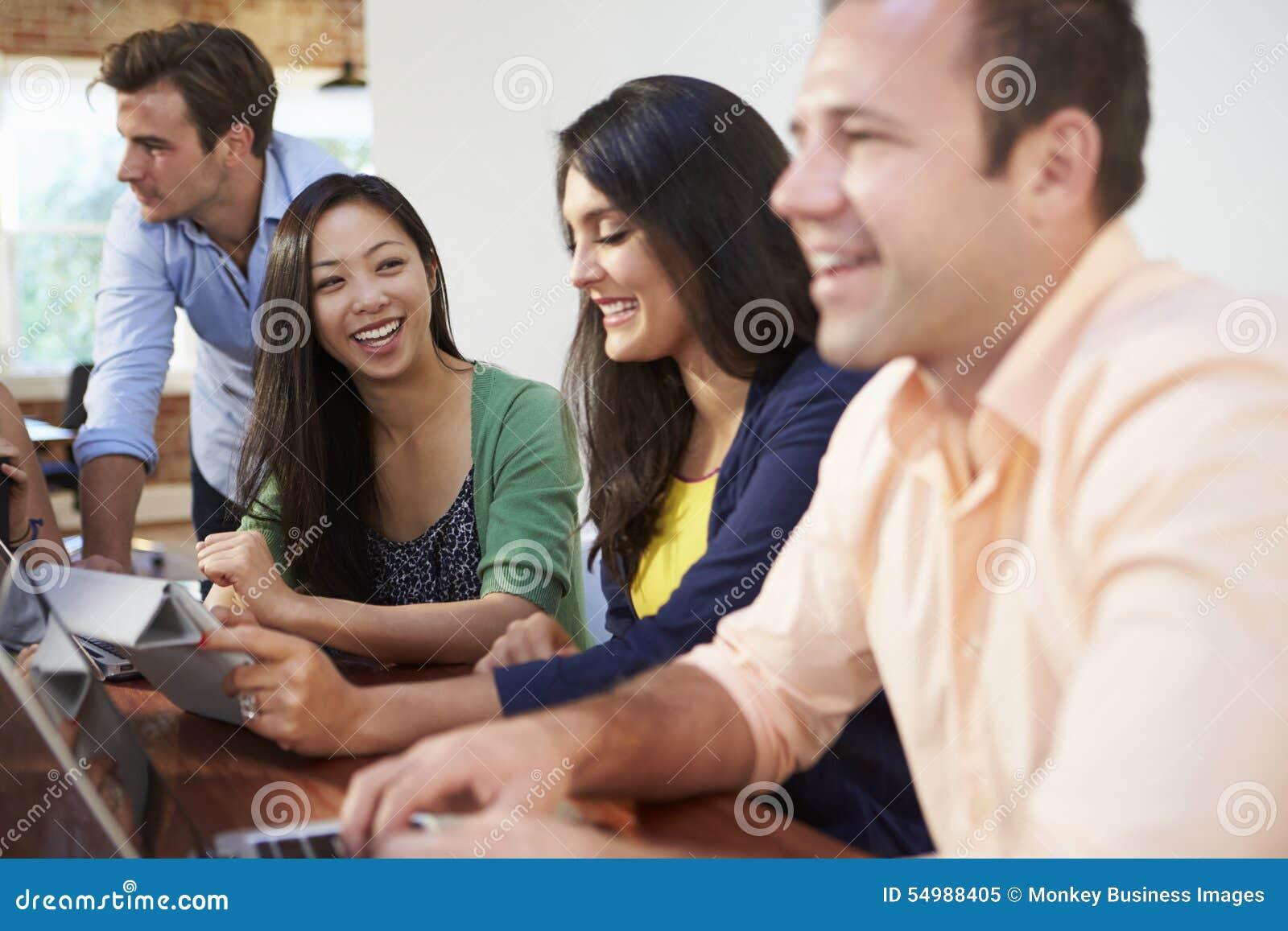 Affärsmän och affärskvinnor som möter för att diskutera idéer
