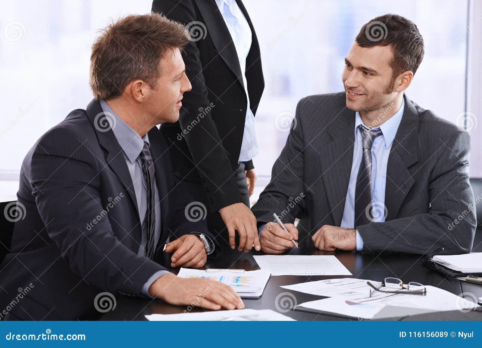 Affärsmän som diskuterar avtalet