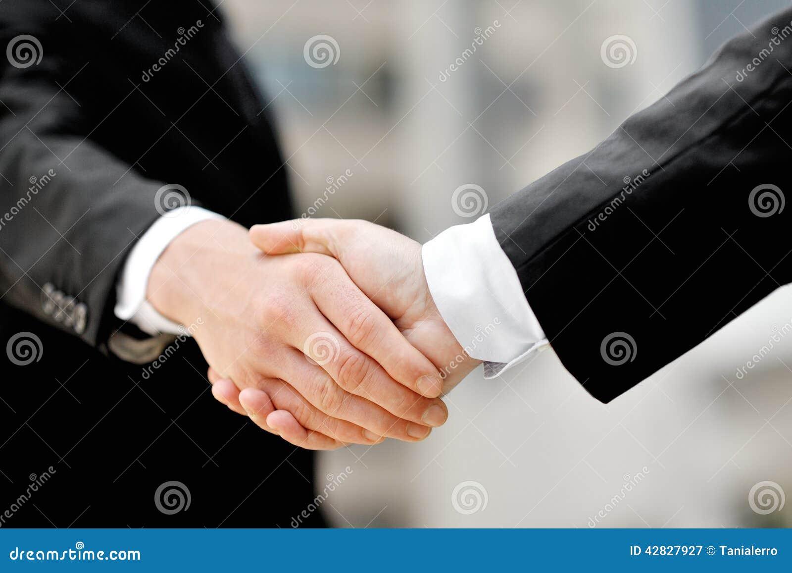 Affärsmän som skakar händer - begrepp för partnerskap för affärsavtal