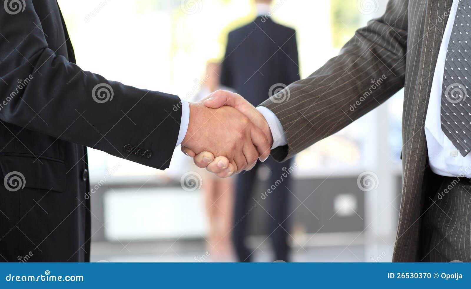 Affärsmän som stänger avtal. handskakning