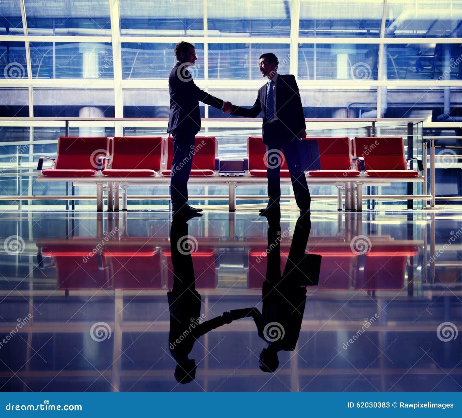 Affärsmän som talar begrepp för affärsflygplatsavtal
