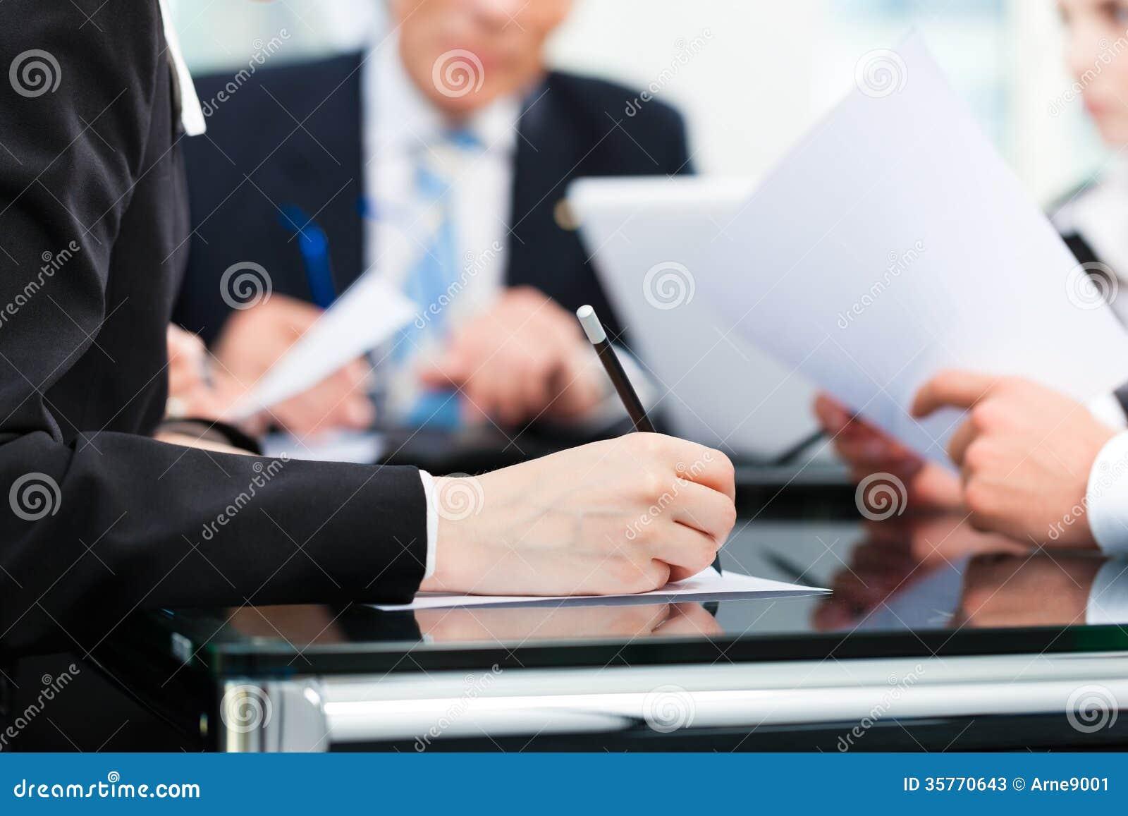 Affärsmöte med arbete på avtal