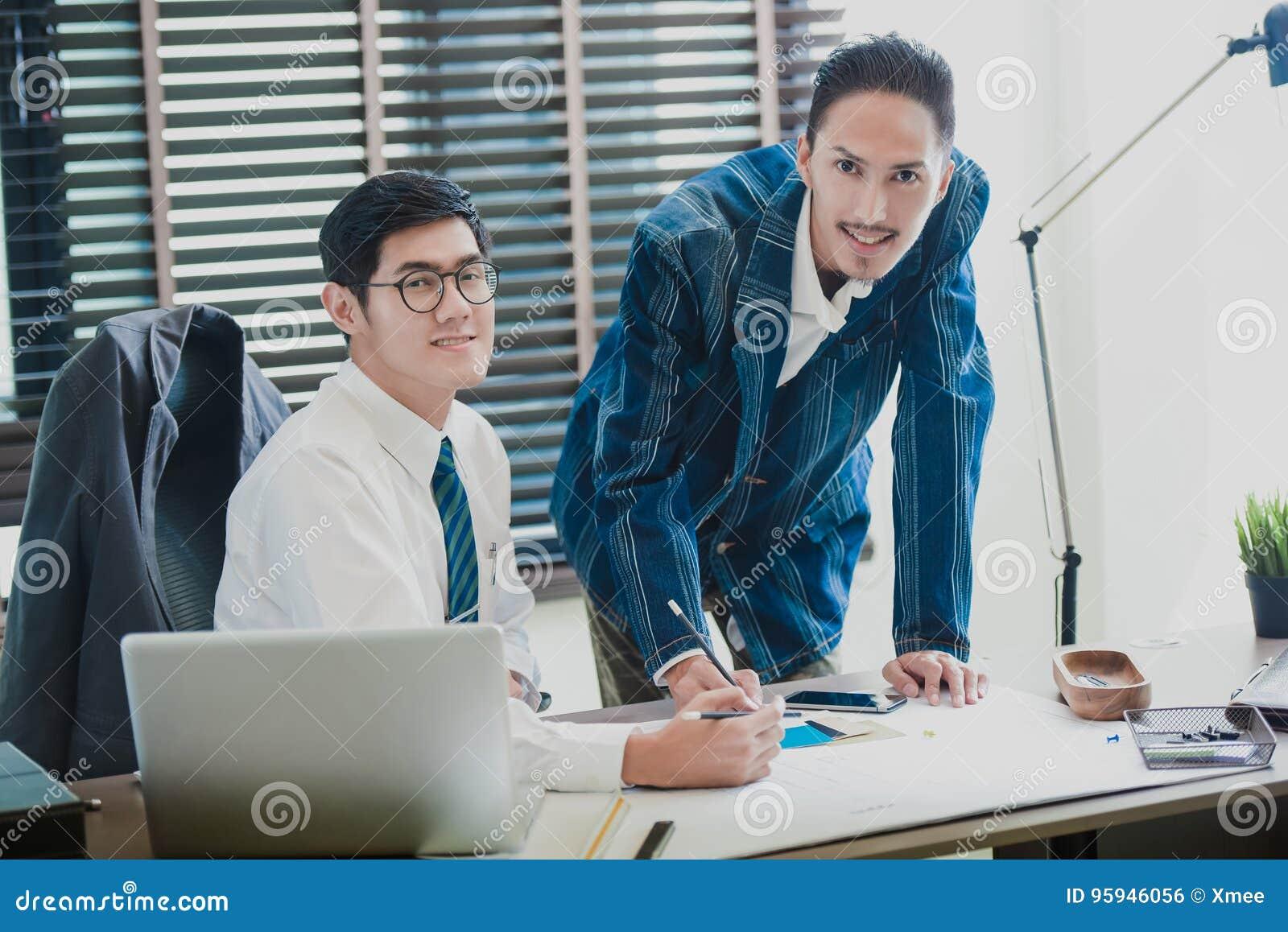 Affärsmöte, partnerskap, businessmansbesättning som i regeringsställning arbetar med nytt startup projekt