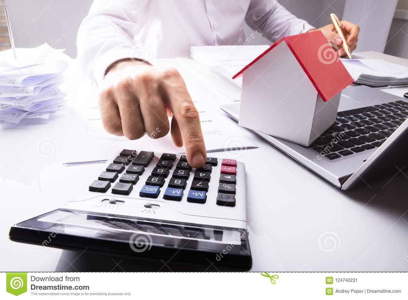 Affärsman Calculating Financial Data