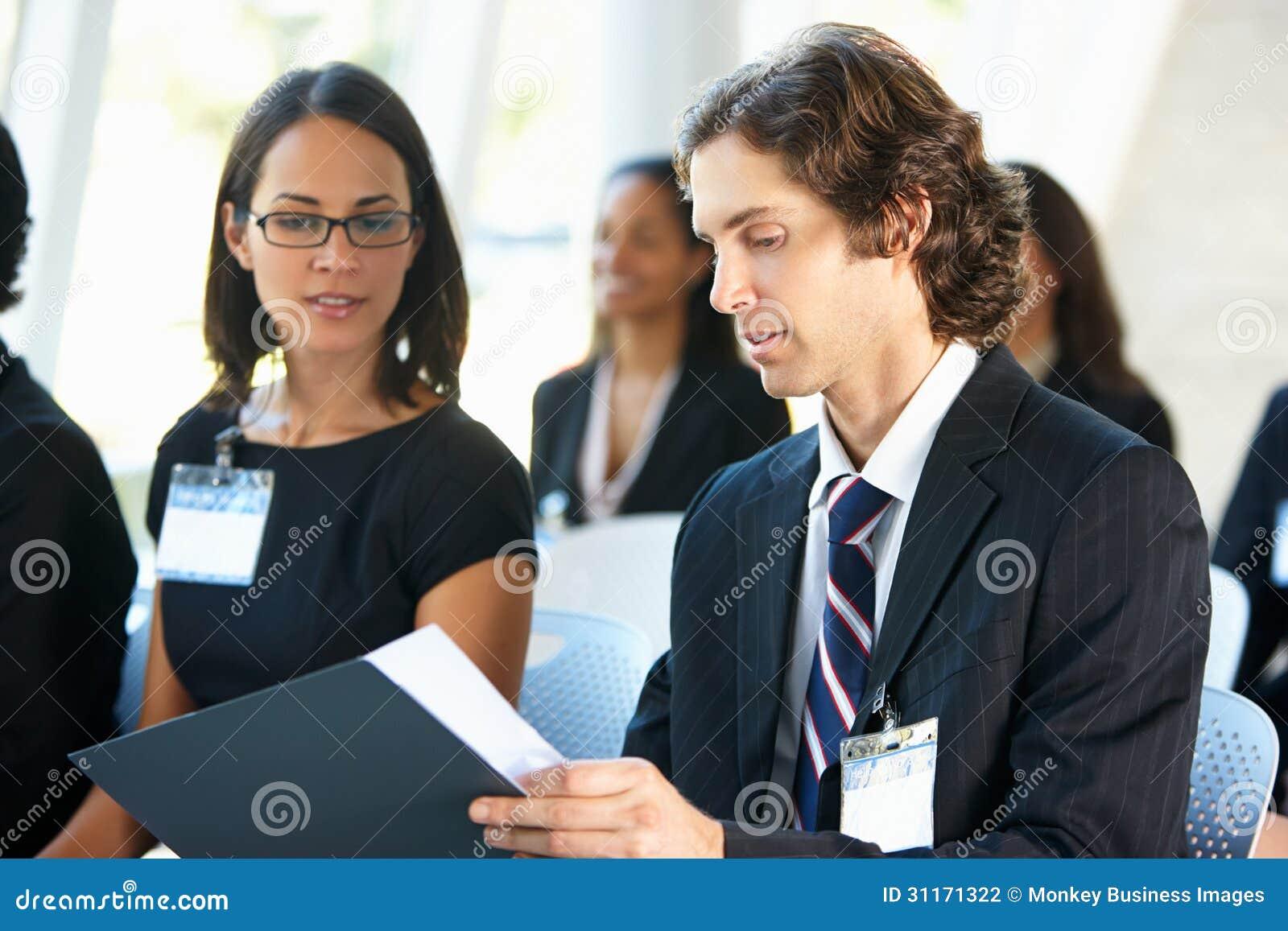 Affärsman Discussing Conference Document med kollegan
