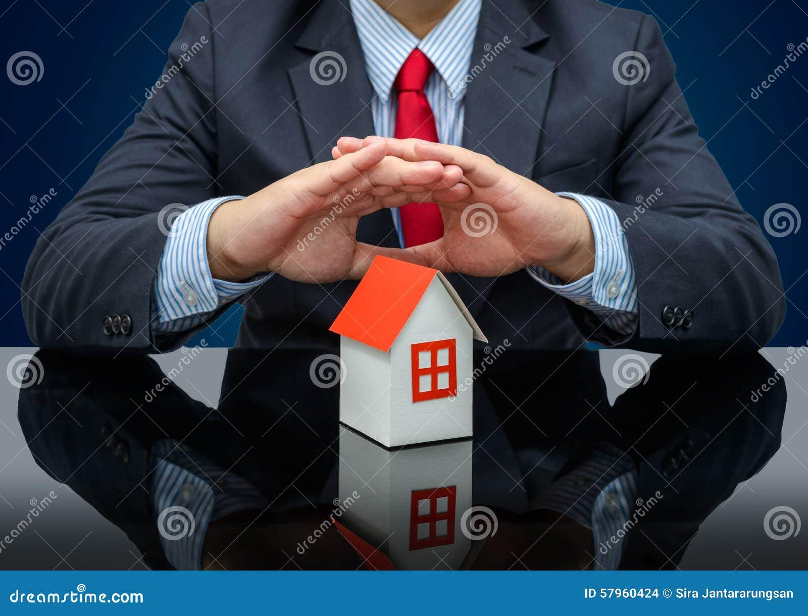 Affärsman eller fastighetsmäklare och innehav som en modell inhyser