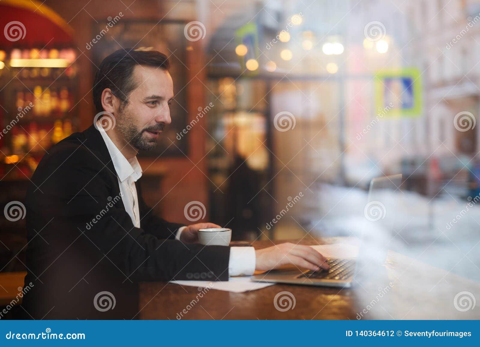 Affärsman Enjoying Coffee Break