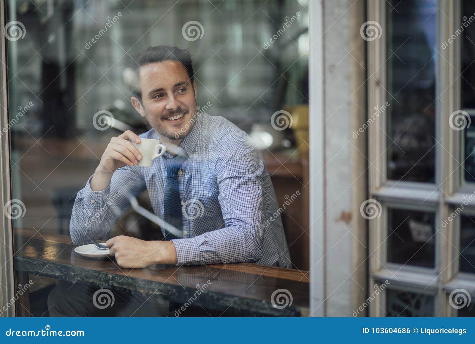 Affärsman Enjoying ett kaffe för arbete