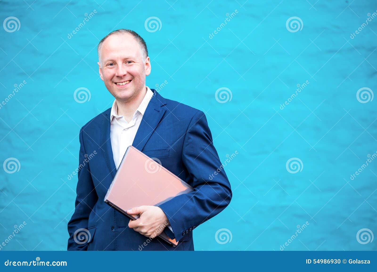 Affärsman hans bärbar dator