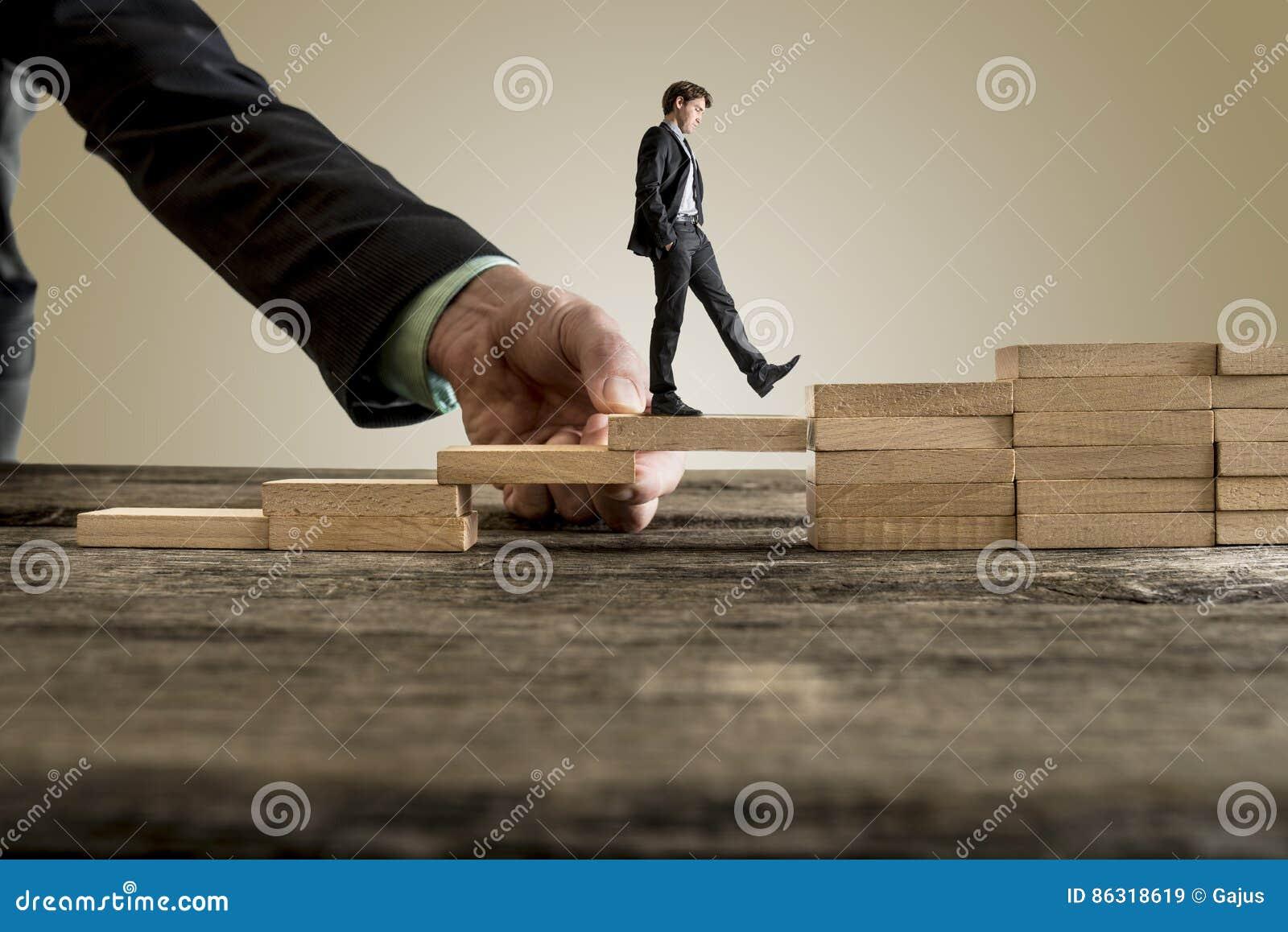 Affärsman i affärsdräkt som går upp moment