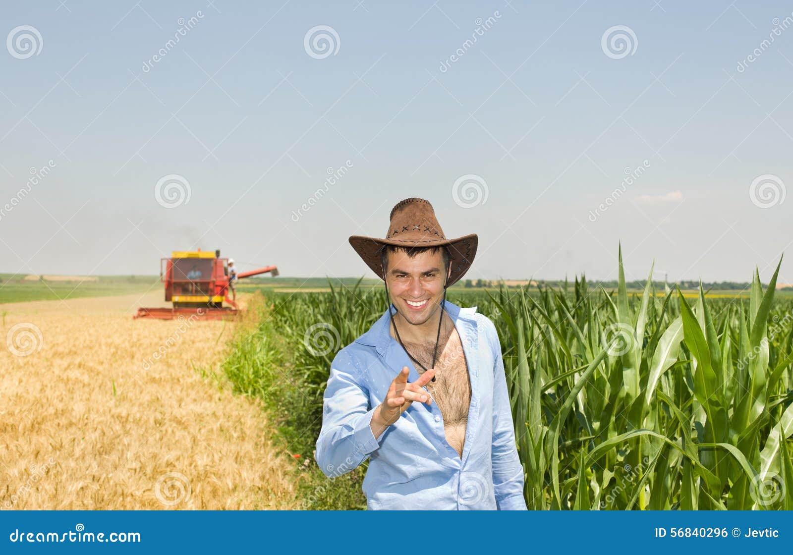 Affärsman i fält under skörd