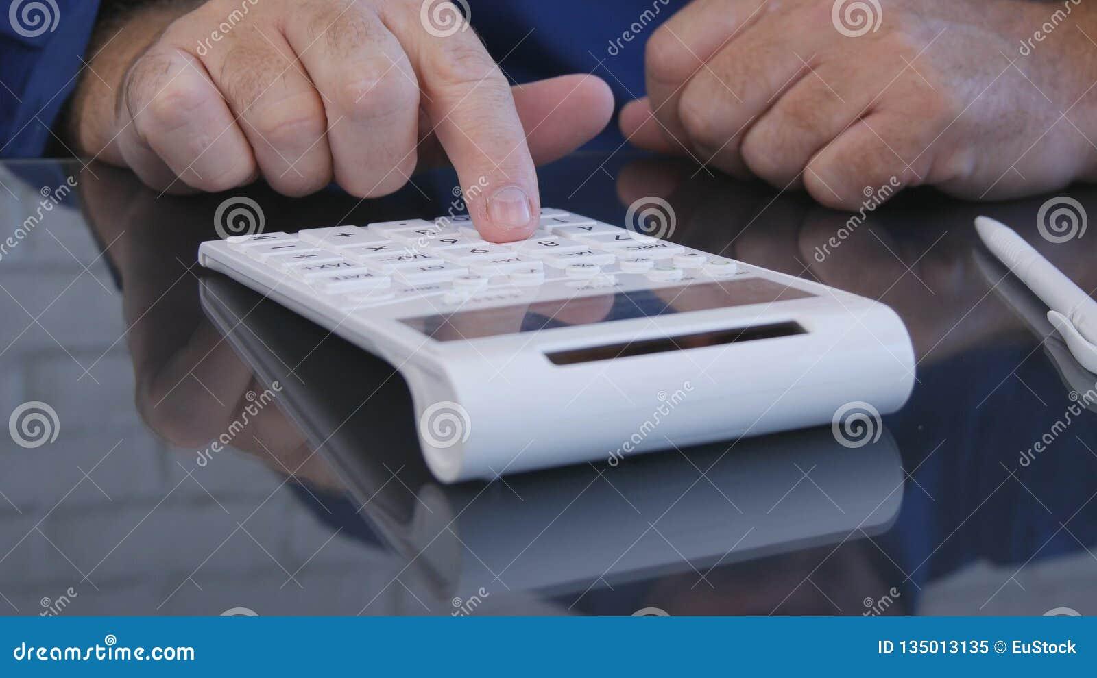 Affärsman i regeringsställning som beräknar genom att använda den tillfoga maskinen