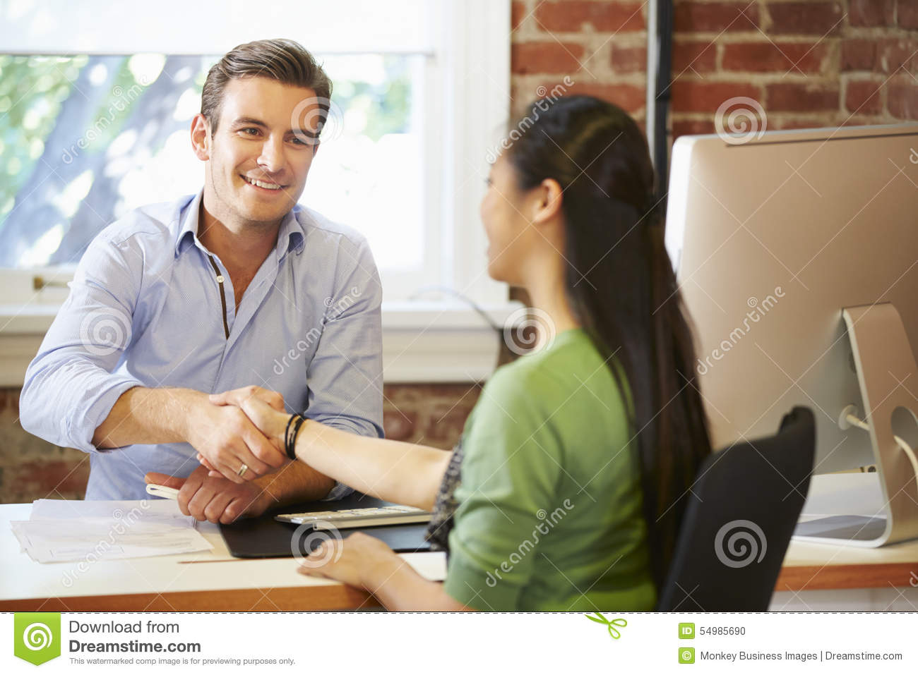Affärsman Interviewing Female Job Applicant In Office