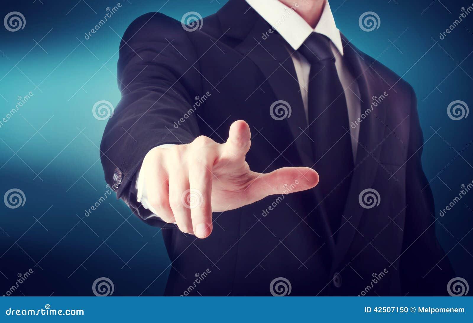 Affärsman med att peka till något eller att trycka på en pekskärm