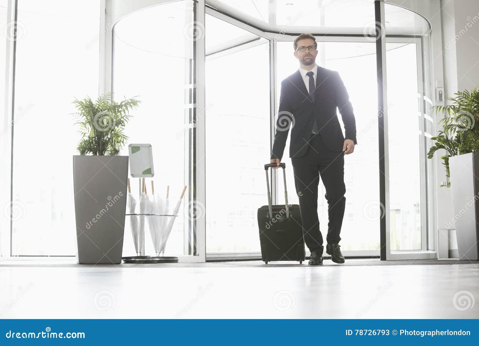 Affärsman med den skrivande in konventcentret för bagage