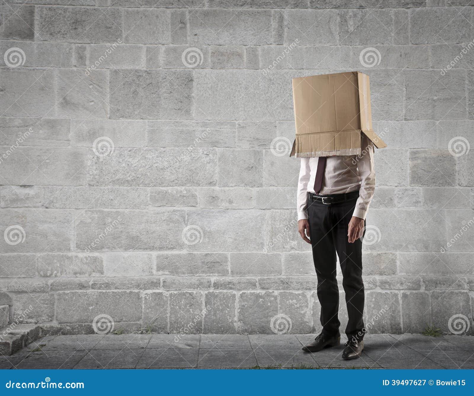 Affärsman med en ask på hans huvud