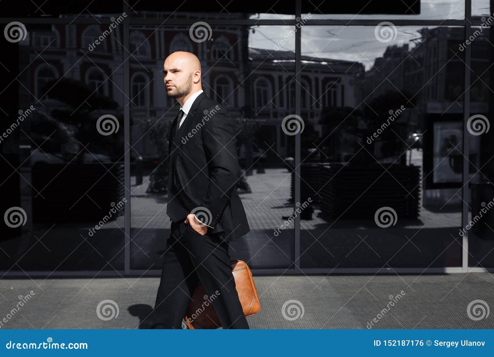 Affärsman med en påse nära kontoret