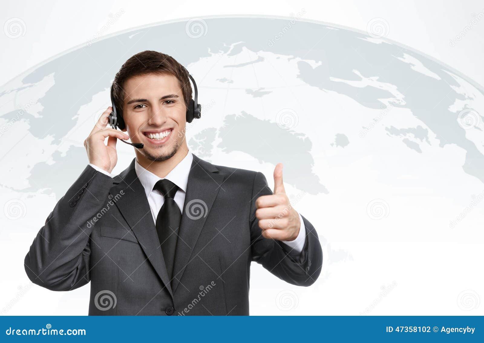 Affärsman med hörlurtummar upp