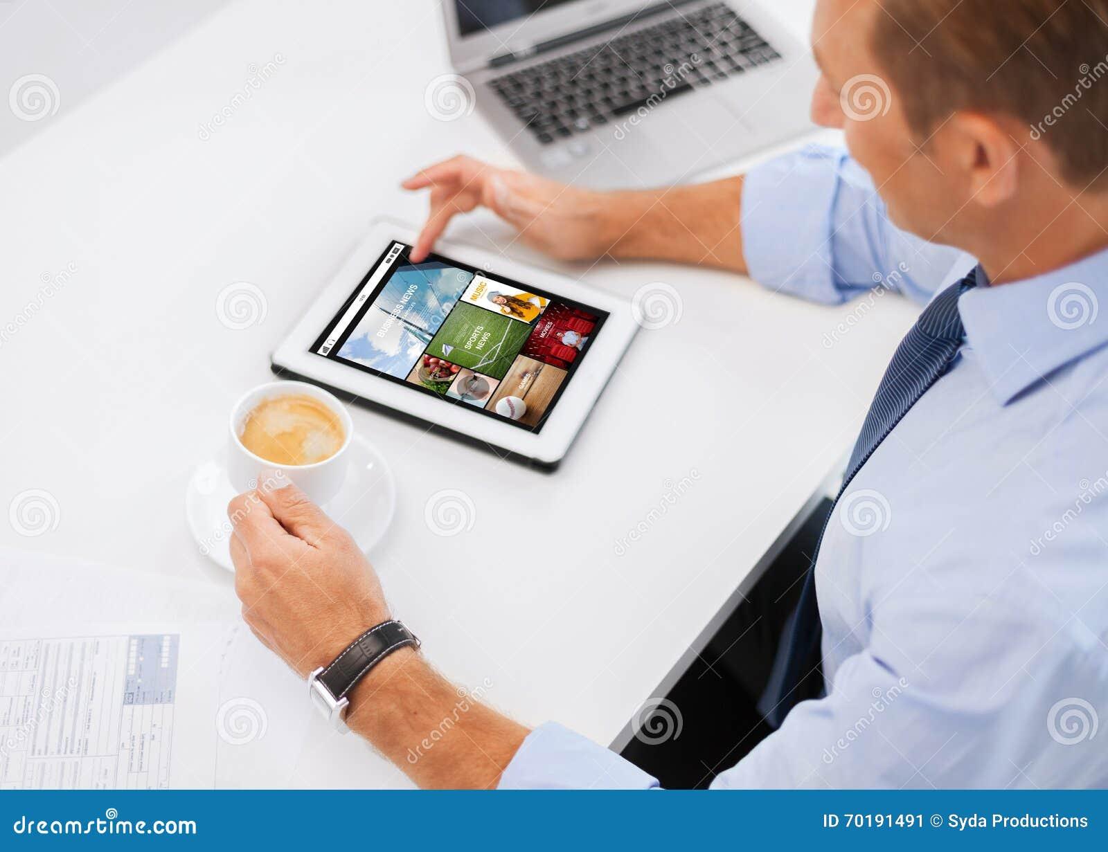 Affärsman med minnestavlaPC och kaffe i regeringsställning