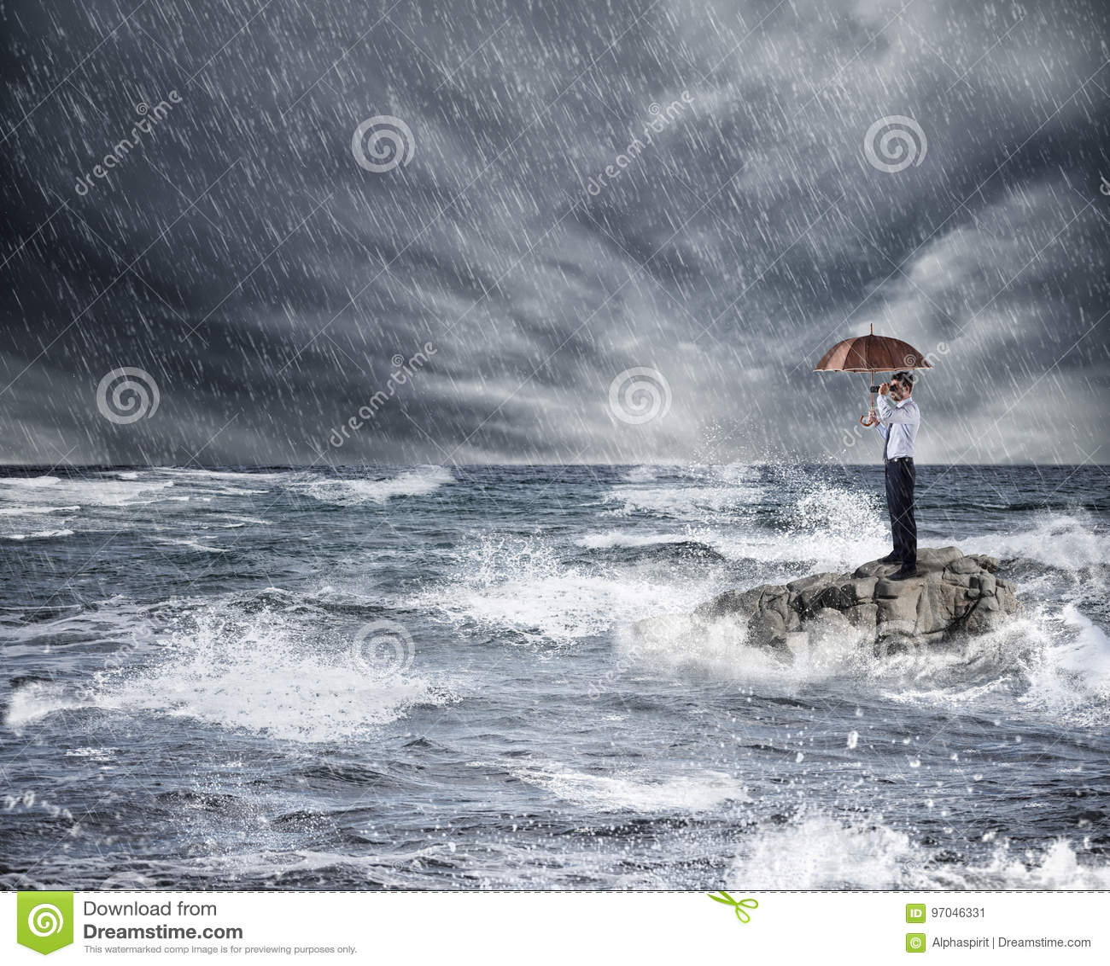 Affärsman med paraplyet under storm i havet Begrepp av försäkringskydd