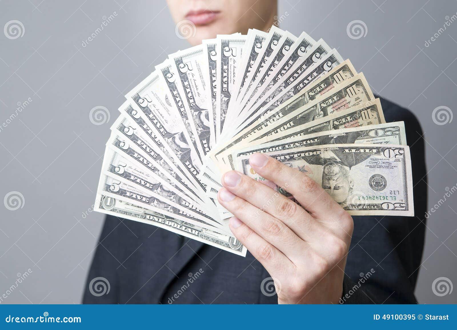 Affärsman med pengar i studio