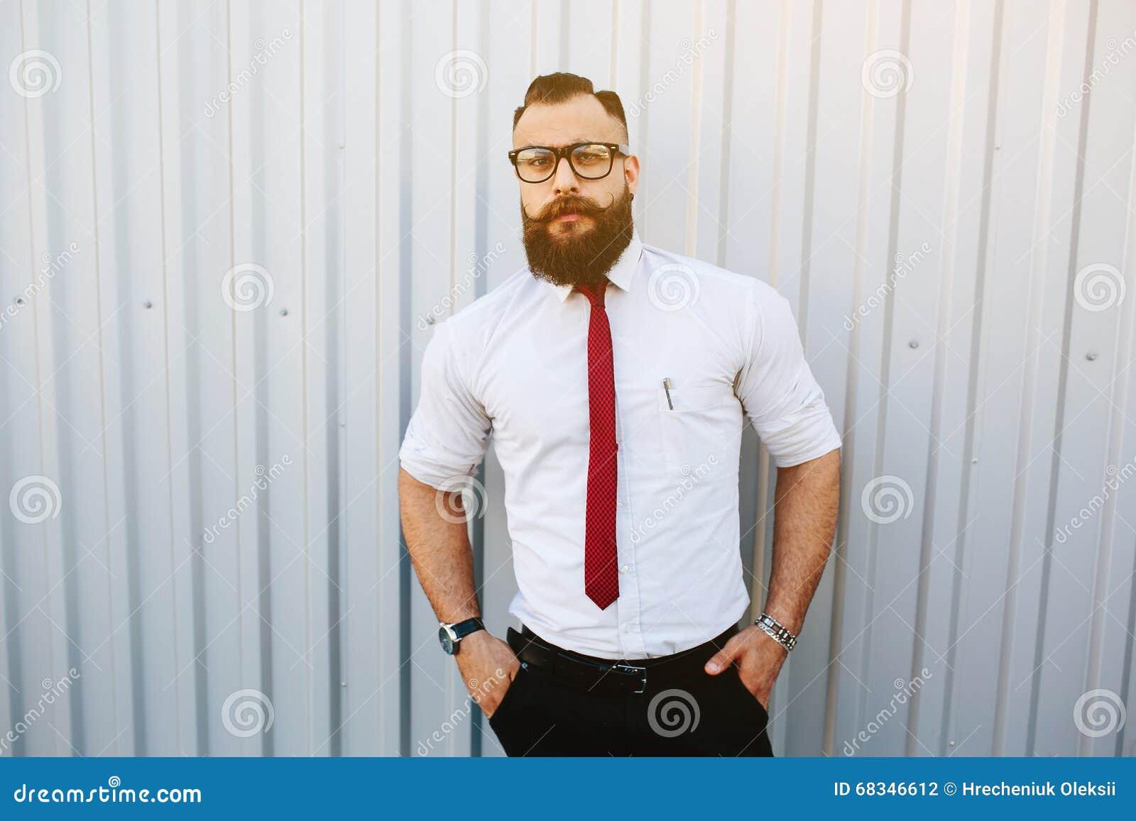 Affärsman mot en vit vägg