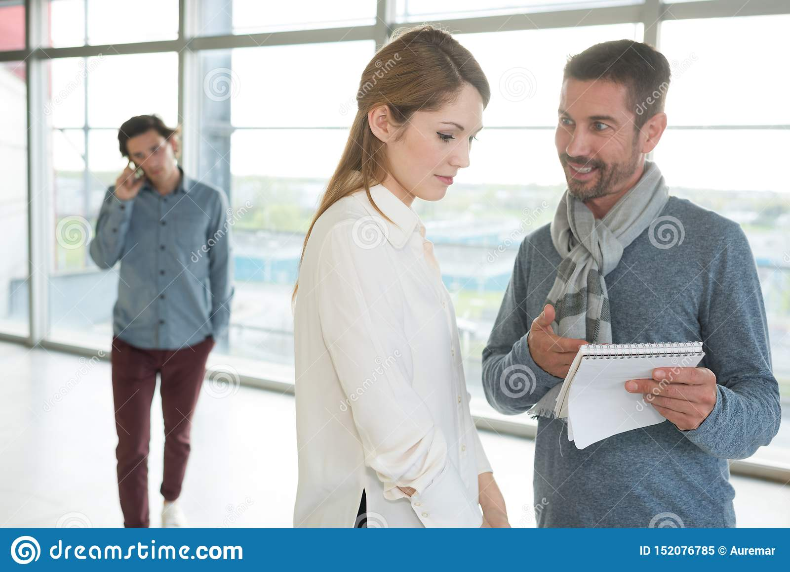 Affärsman- och affärskvinnablick som tillsammans arbetar