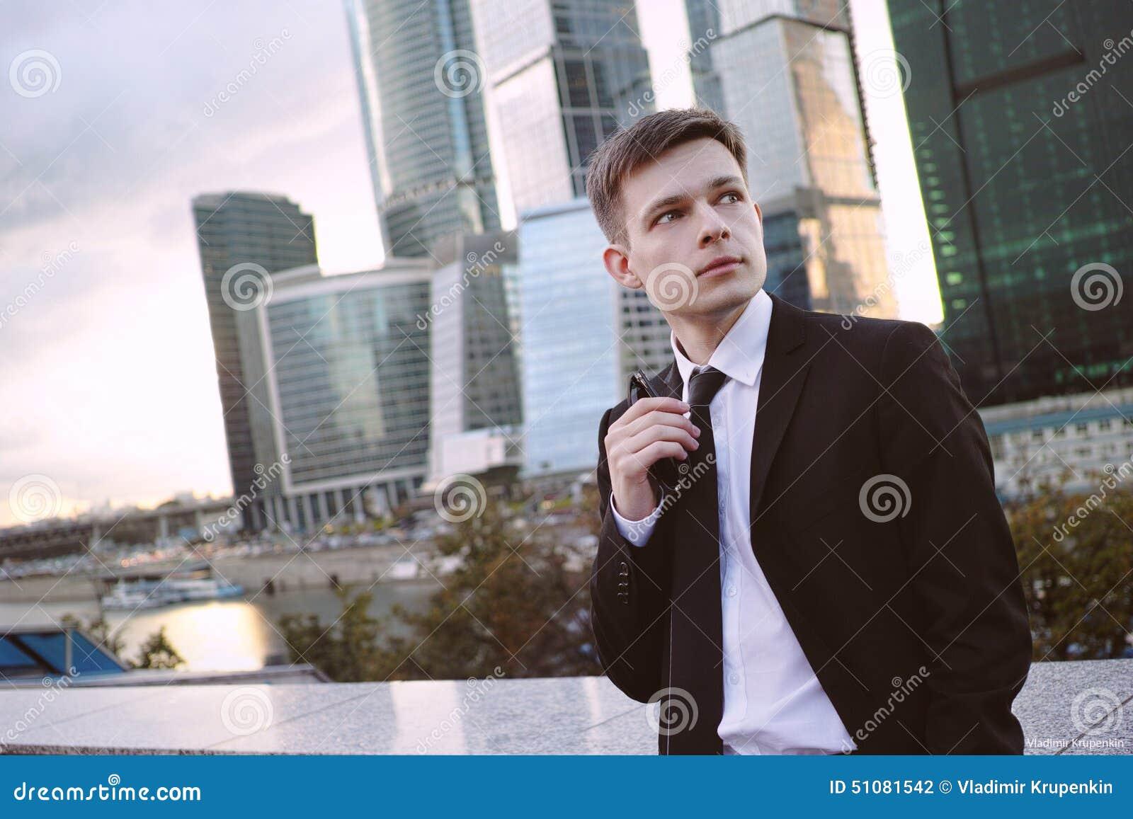 Affärsman på bakgrund av affärsmitten