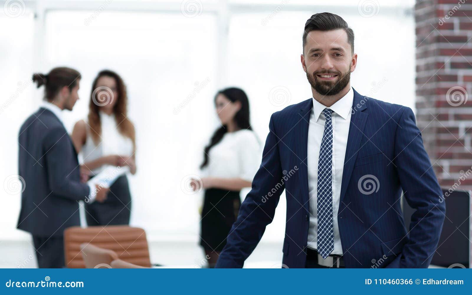 Affärsman på bakgrunden av arbetsplatsen