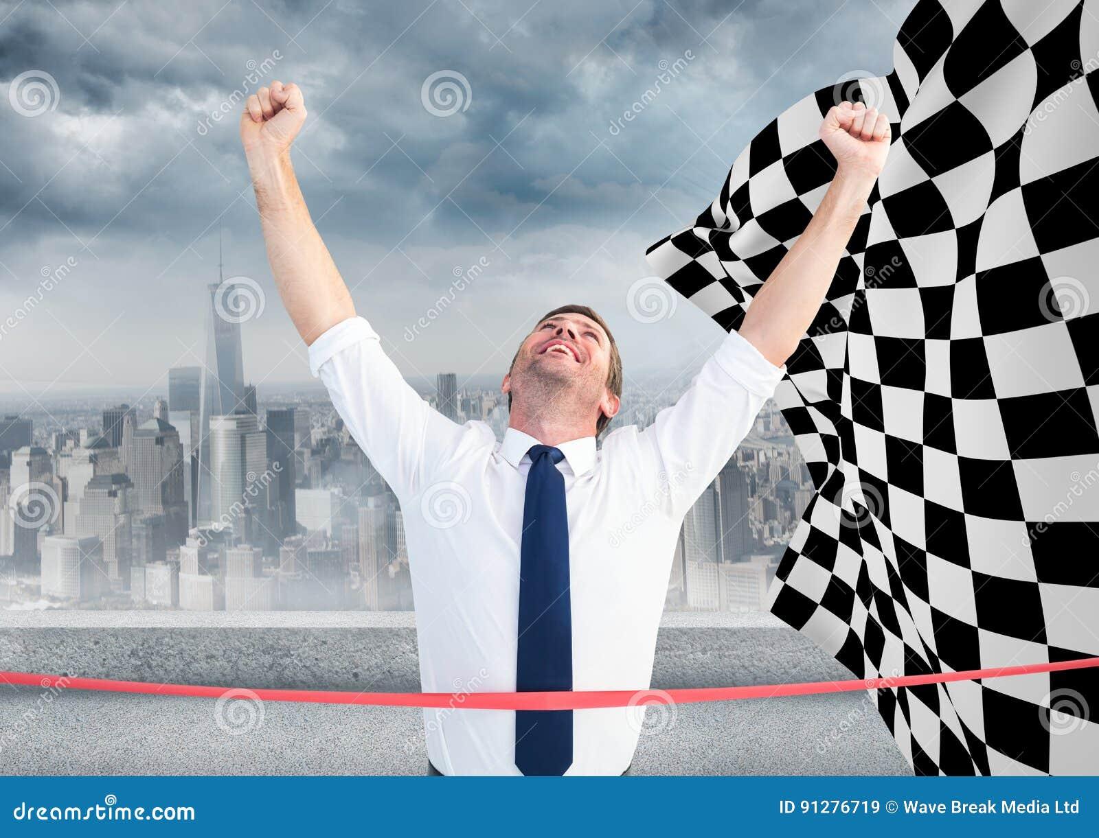 Affärsman på mållinjen mot horisont och rutig flagga