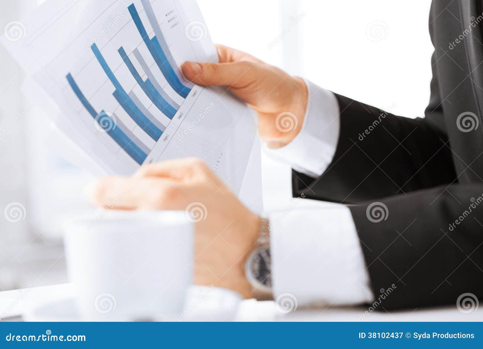Affärsman på möte som diskuterar diagram