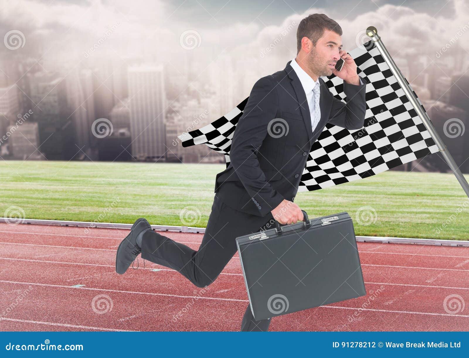 Affärsman på telefonen med portföljen och spring på spår mot horisont med moln och rutigt