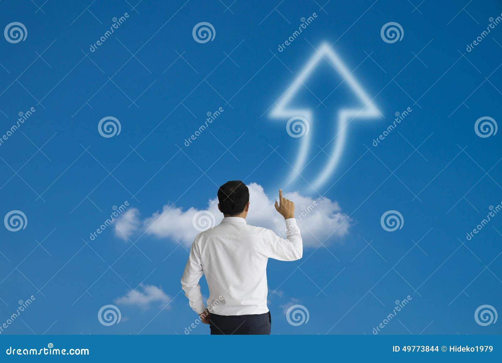 Affärsman se purposefully och handlagpilmoln på blått s