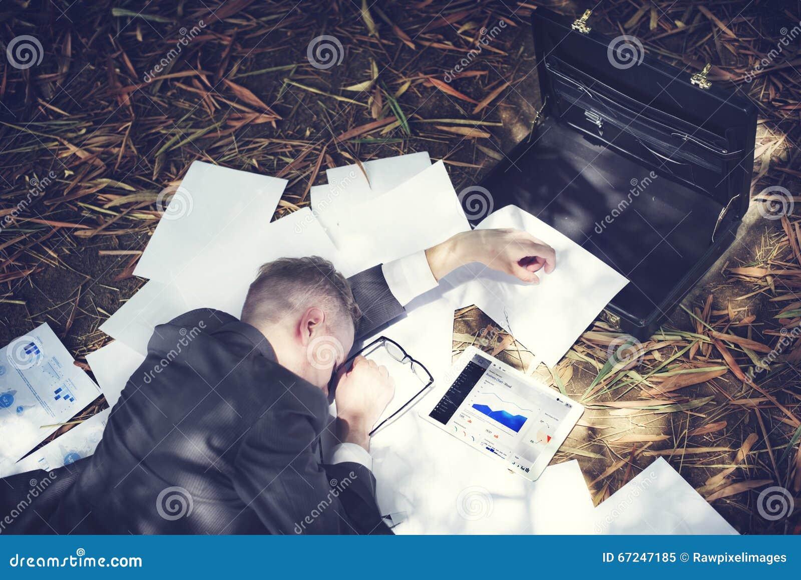 Affärsman Sleeping Stress Deadline som arbetar trött begrepp