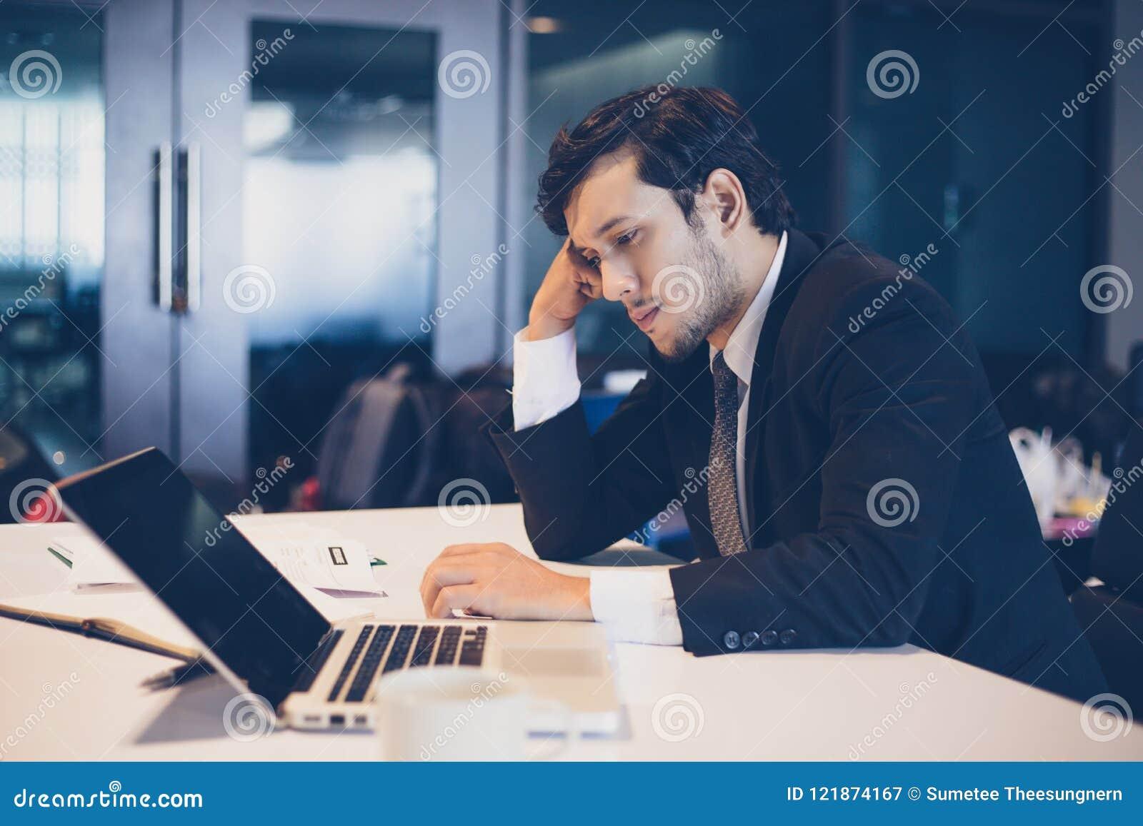 Affärsman som är allvarlig om arbetet som göras hårt till huvudvärken